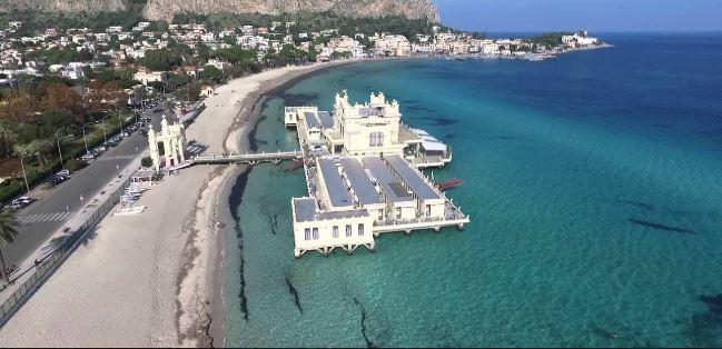 Ogni giorno va a mare a Mondello: «Pago multe di 300 euro. Vivo di rendita, posso permettermelo»