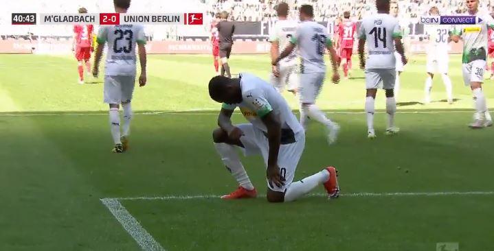 Marcus Thuram segna contro l'Union Berlino e si inginocchia per Floyd