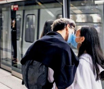 Pavia, abbraccia la fidanzata per strada multato per 400 eur