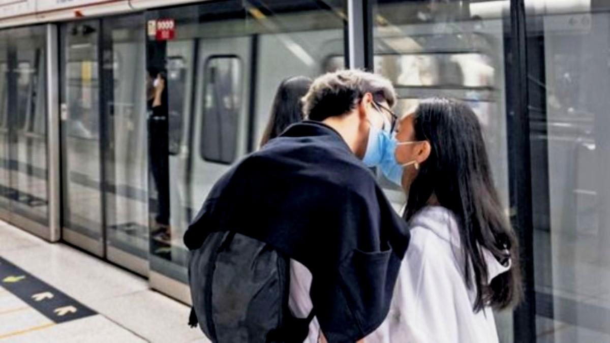 Pavia, abbraccia la fidanzata per strada multato per 400 euro