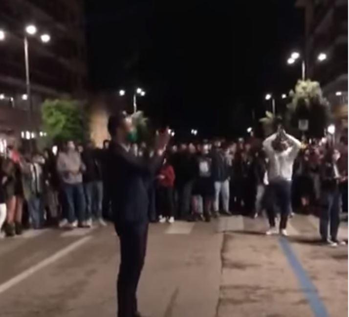 Il sindaco di Avellino anima la movida intonando cori contro i salernitani