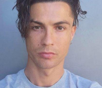 Cristiano Ronaldo cambia look e chiede l'approvazione dei ti