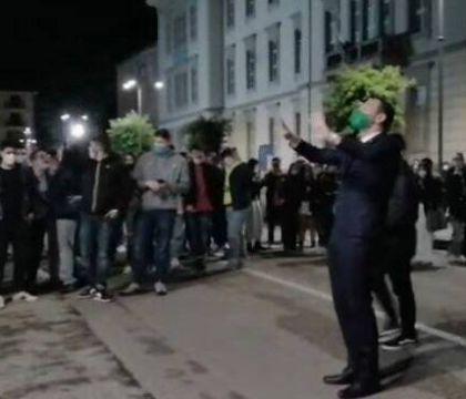 Il sindaco di Avellino anima i cori ultras contro De Luca