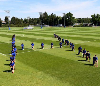 Anche il Chelsea in ginocchio per George Floyd