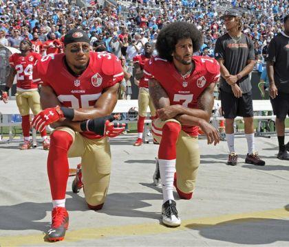 Kaepernick inventò il gesto di protesta antirazzista. Un ex