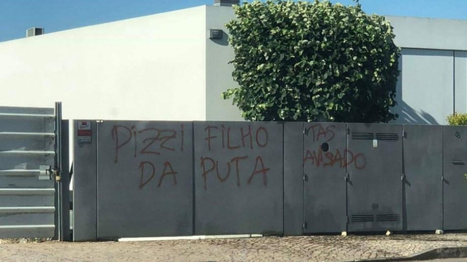 Terrore e violenza al Benfica: oltre le pietre al bus, anche scritte con minacce a casa di calciatori