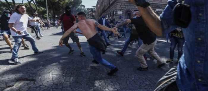 Manifestazione ultras a Roma: bombecarta e bottiglie contro forze dell'ordine, operatori e cronisti