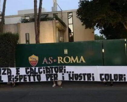 """La Roma contestata dai tifosi: """"Dirigenti assenti, squadra s"""
