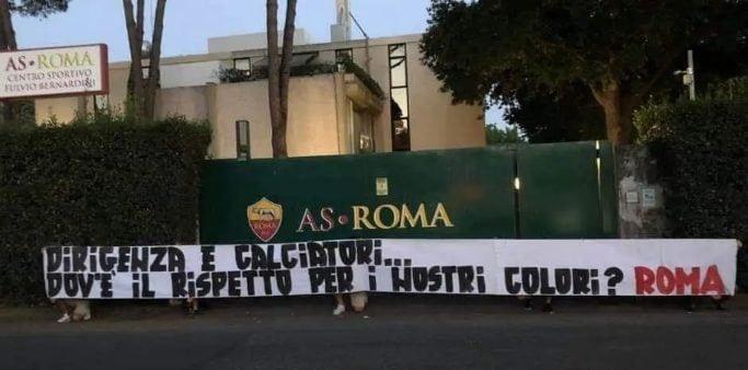 """La Roma contestata dai tifosi: """"Dirigenti assenti, squadra senza dignità, siete la vergogna di questa città"""""""