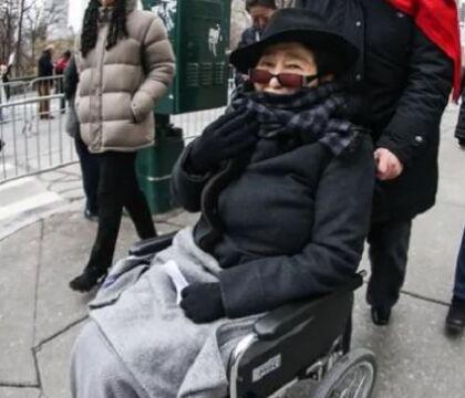 La triste fine di Yoko Ono, malata, sulla sedia a rotelle e