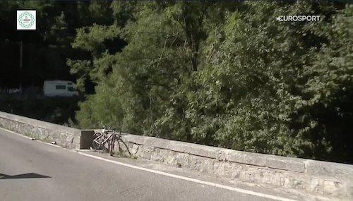 Evenepoel cade in un fosso da un muretto: terrore al giro di Lombardia (VIDEO)