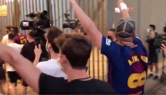 Messi, i tifosi del Barcellona forzano i cancelli del Camp Nou per protestare contro Bartomeu (VIDEO)