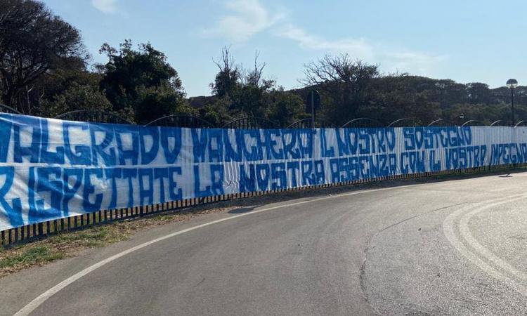 """Napoli, lo striscione della Curva A: """"Rispettate la nostra assenza con il vostro impegno"""""""