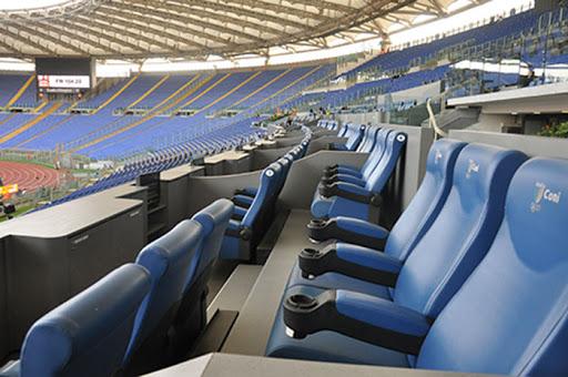 La pagliacciata dei mille allo stadio: sono scelti dagli sponsor, è l'Italia degli amici degli amici