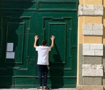De Luca smentisce De Luca: le elementari restano chiuse