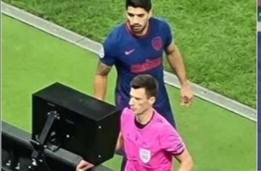 VAR, Suarez spia l'arbitro mentre fa la review: ammonito