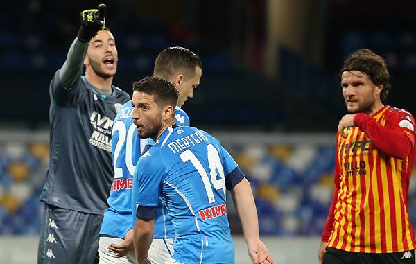 Il Napoli batte il Benevento 2-0 e fa sì che la notizia resti la confessione di Orsato