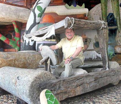 """Il principe che vuole comprare il Valencia ha una casa in stile Flintstones e guida una """"troncomobile"""""""