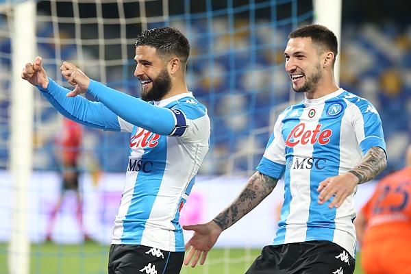 Il Napoli va di goleada alla Lazio (5-2) e tiene viva la speranza Champions