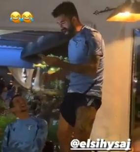 Lazio, Hysaj si presenta cantando Bella Ciao e sui social i tifosi lo insultano – VIDEO