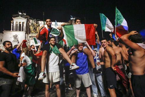 Ancora cluster a Roma dopo le partite dell'Italia, «la gente non dà il nome per evitare quarantena»