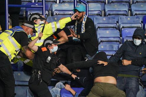 Leicester-Napoli, scontri tra tifosi del Napoli e polizia all'interno dello stadio