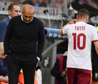 """I tifosi della Roma gridano """"Spalletti pezzo di merda"""" e lui alza il braccio per salutare (VIDEO)"""